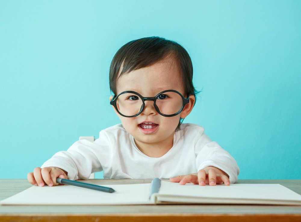 Cómo evitar las burlas por gafas en tus hijos