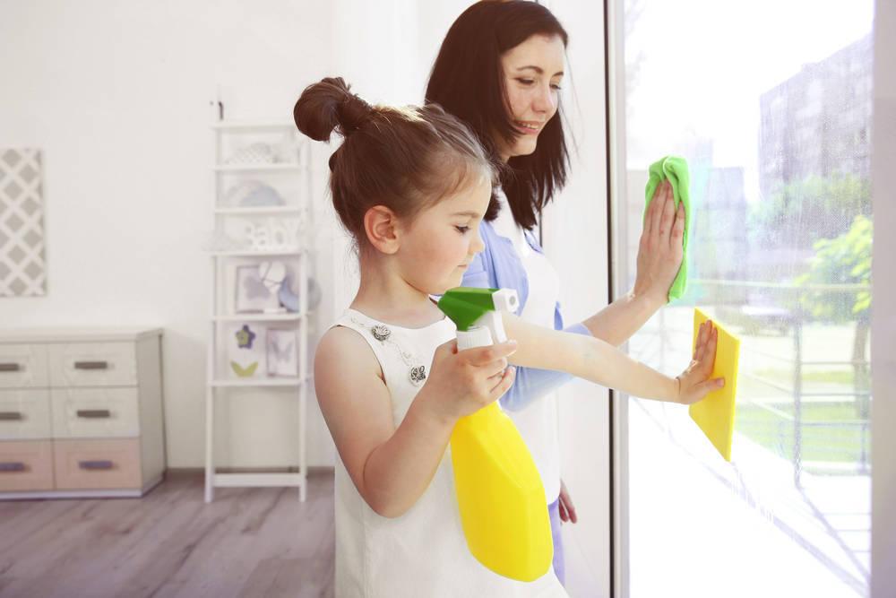 Como enseñar a los niños y niñas a limpiar la casa