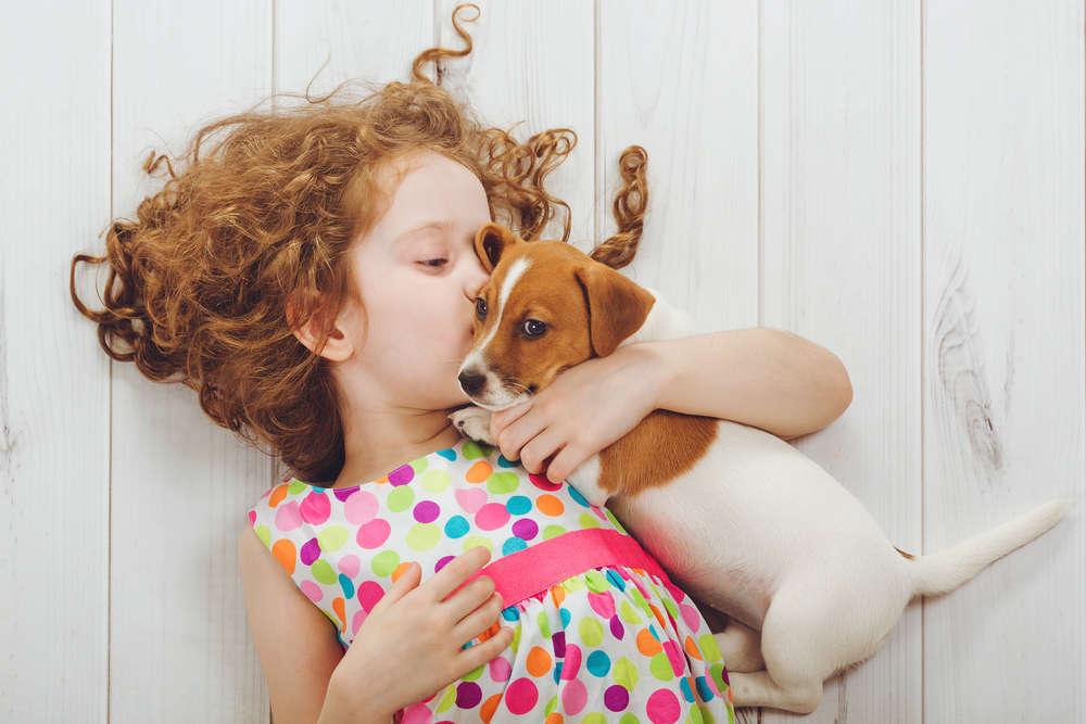 Una pareja con hijos pequeños y mascotas, prototipo de familia perfecta