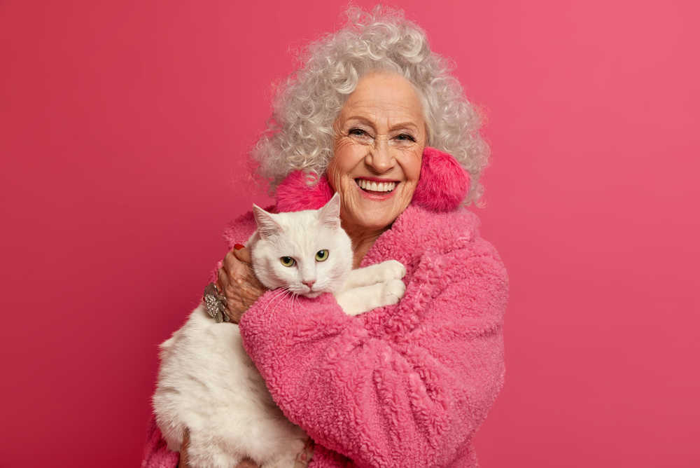 ¿Por qué regalar un gato a una persona mayor?